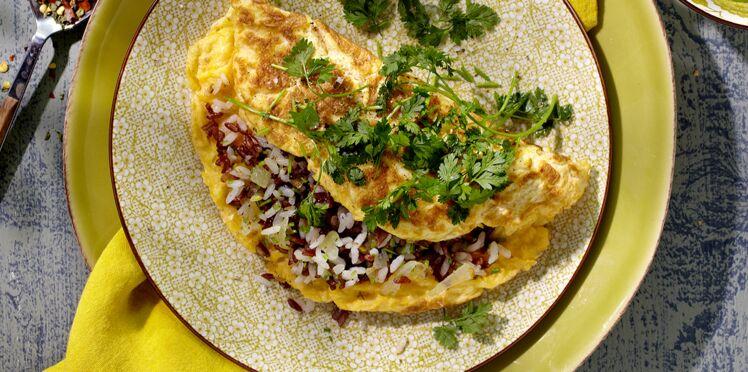 Omelette au riz, salade d'herbes folles