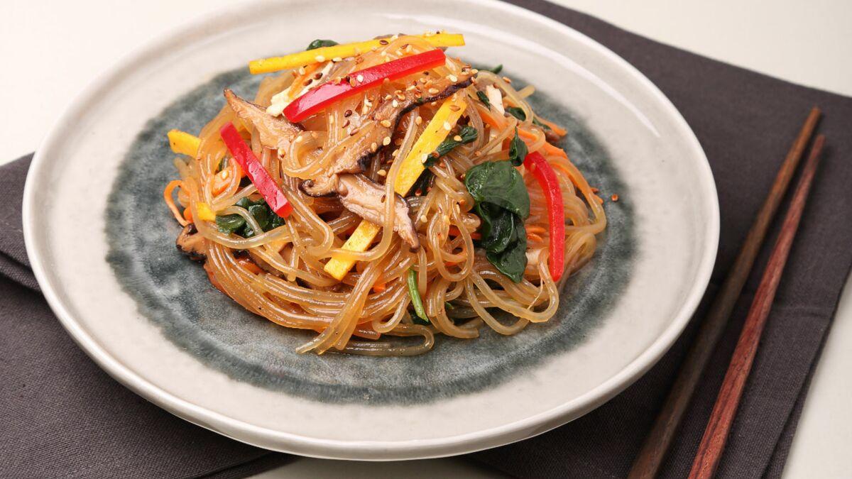 Japchae  (vermicelles sautés à la viande et aux légumes)