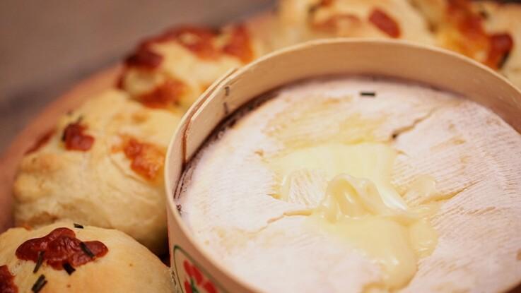 VIDEO - La recette du Mont d'or chaud et son pain à l'ail