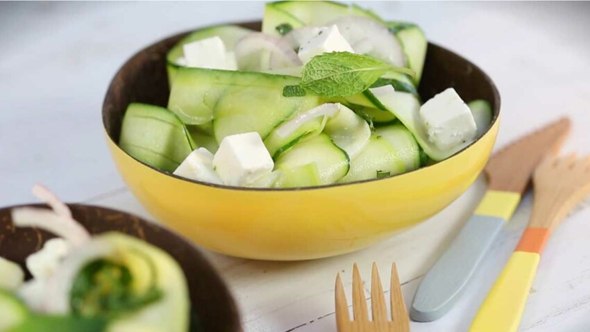 La recette de la salade de courgettes, feta et menthe fraîche en vidéo