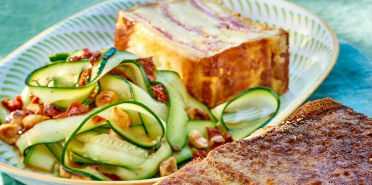 Croque-cake et salade de courgettes rubans