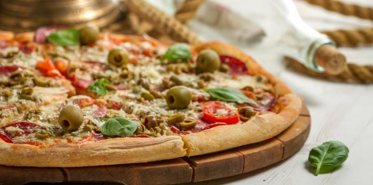 Pizza aux olives vertes