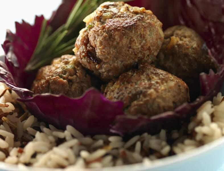 Boulettes de boeuf, riz aux oignons et sauce au yaourt
