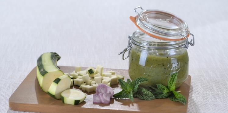 Soupe froide de courgettes à la menthe fraîche en conserve