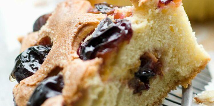 Cake aux prunes noires et reine-claudes