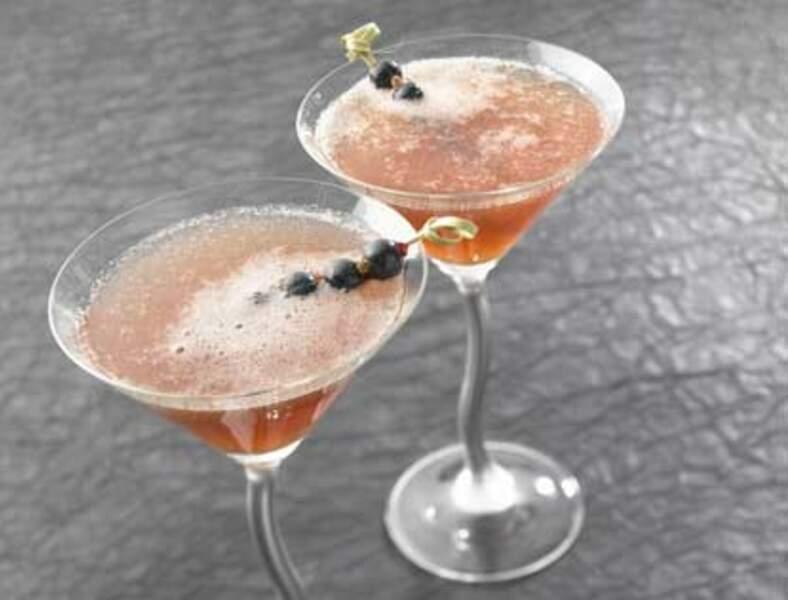 Cocktail Champagne-jus de pomme-crème de cassis et glace pilée