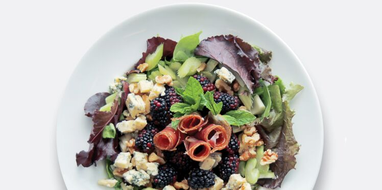 Salade speck, bleu, mûres et céleri