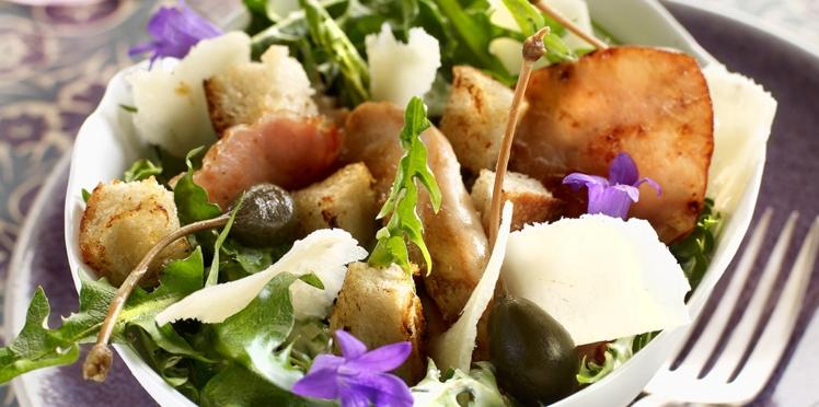 Salade César aux pissenlits et fleurs printanières
