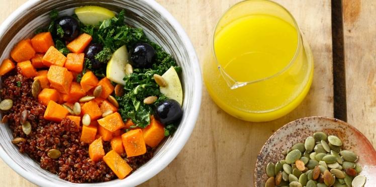Power Bowl au quinoa, chou kale, patate douce et myrtilles