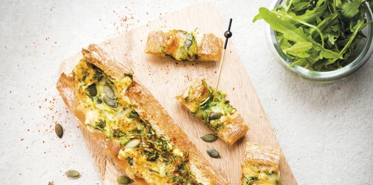 Baguette apéritive à la raclette, graines de courge et roquette