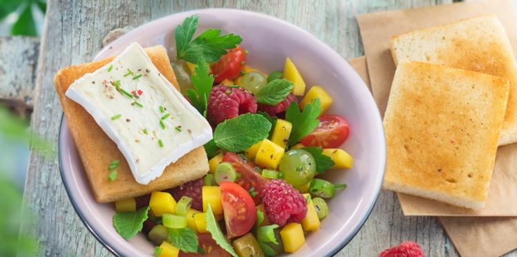 Salade de tomates, mangue, framboise et toast au Caprice des dieux