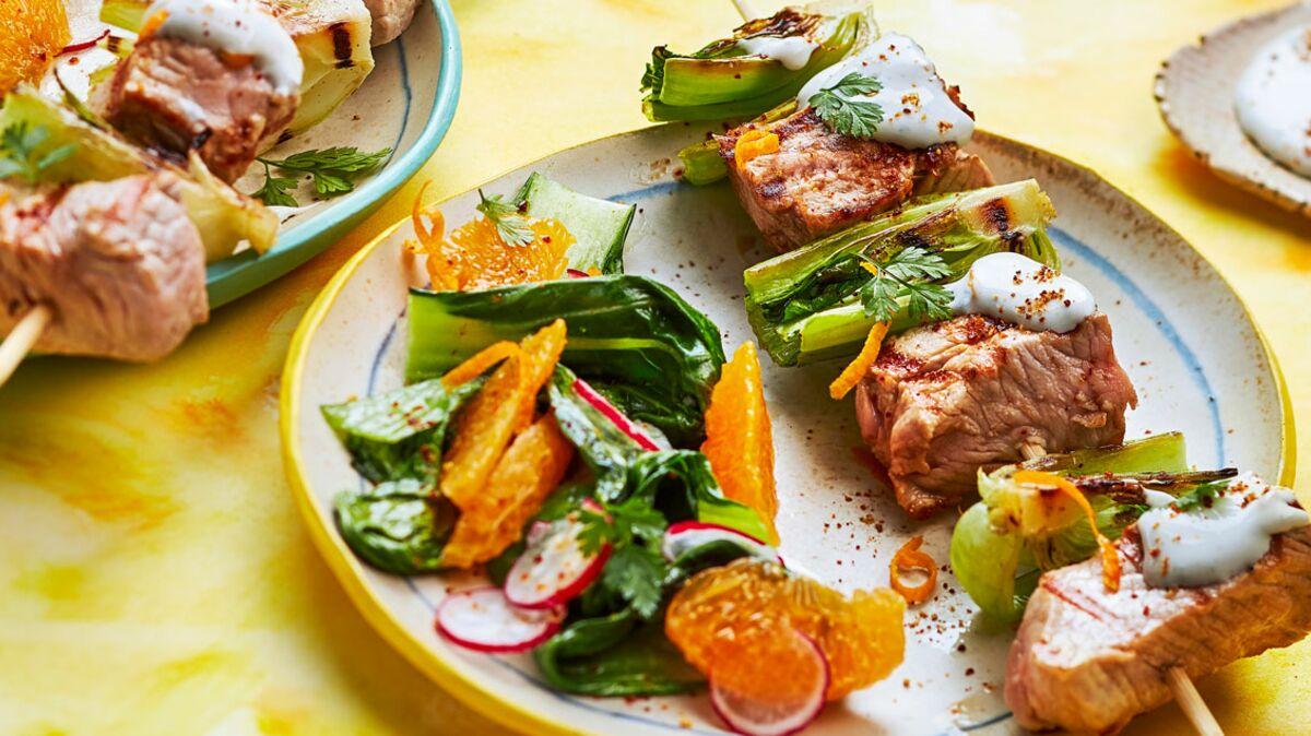 Brochettes de veau grillées, pak choï, sauce au fromage bleu et orange