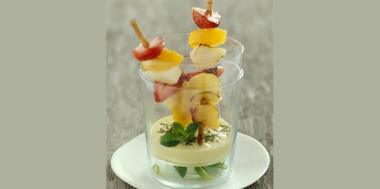 Brochettes de fruits, sauce menthe