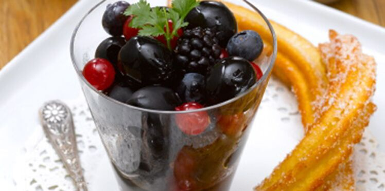Salade d'olives noires, fruits rouges, chocolat et churros