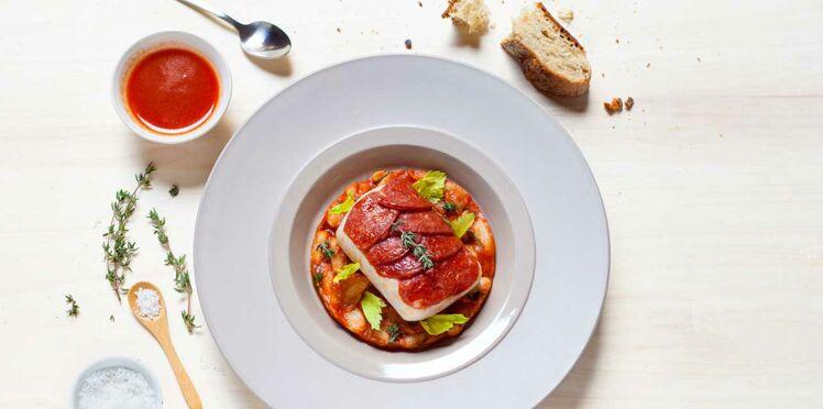 Cabillaud en croûte de chorizo et haricots à la tomate de Julia Sedefdjian