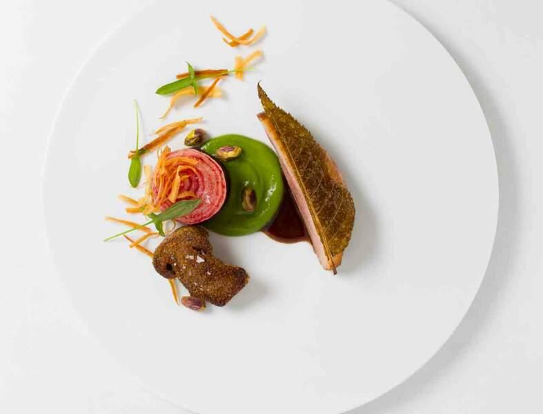 Cannette rôtie, oignons doux, betterave et  pistaches de Pierre Augé
