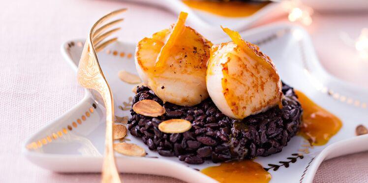 Saint-jacques snackées à l'orange et gingembre, riz noir aux amandes