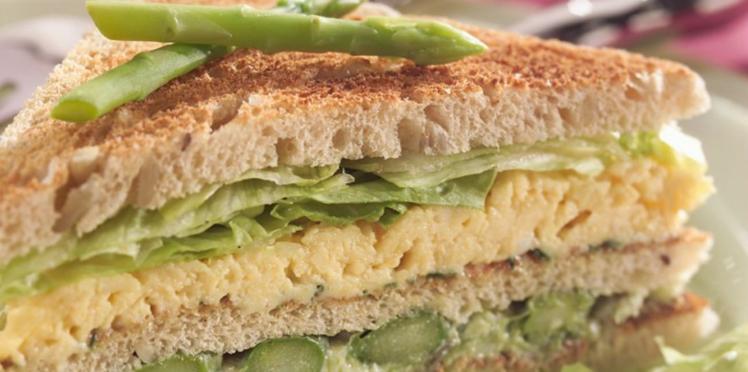 Club sandwich aux œufs brouillés et asperges