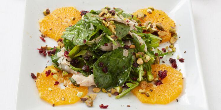 Salade aux épinards, dinde fumée et pistaches