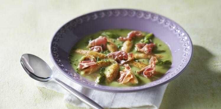 Velouté d'asperges vertes aux mini quenelles à poêler et chips de jambon cru