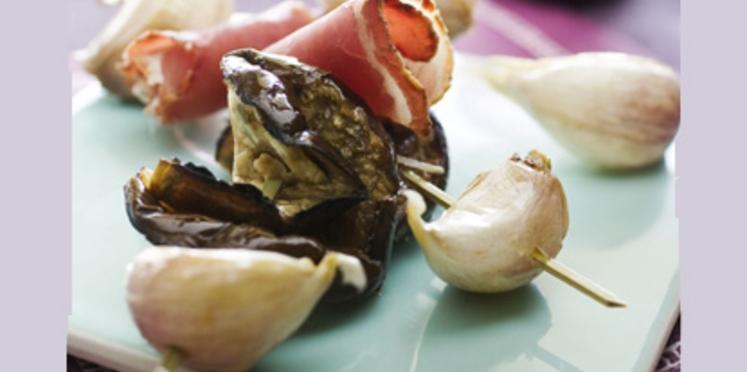 Brochettes jambon de pays, ail confit et aubergine grillée