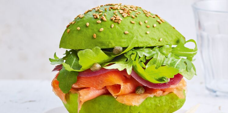Burgers d'avocats, saumon fumé et pickles d'oignon rouge