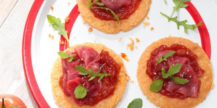 Tarte fine de parmesan, carpaccio de bœuf et ketchup à la sauce Tabasco® rouge