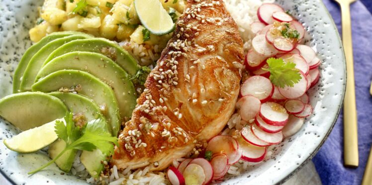 Poke bowl au saumon, ananas, radis et avocat
