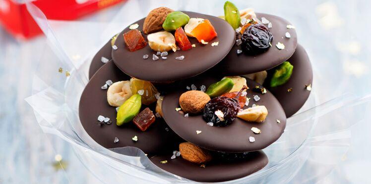 Mendiants chocolat, fruits secs et perles de sel