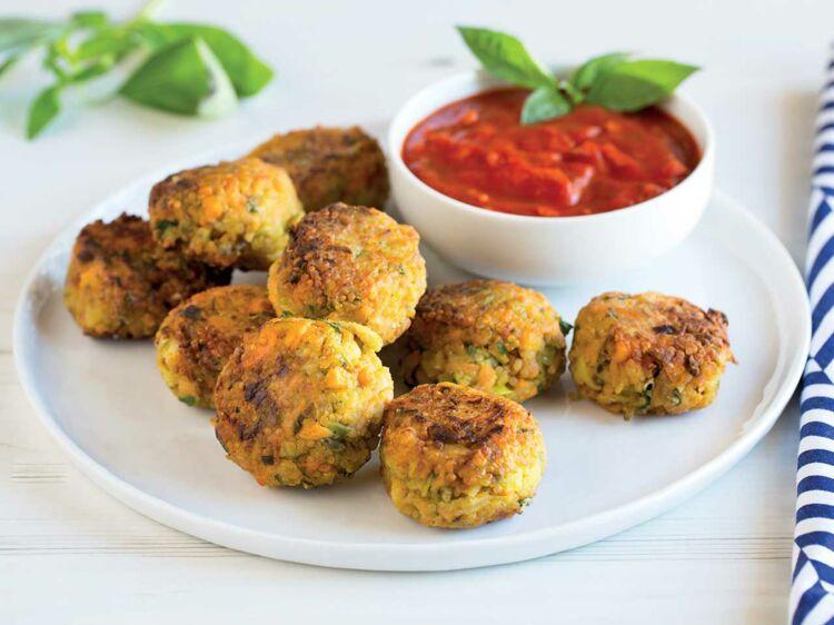 Boulettes de quinoa épicées aux légumes, sauce tomate aux herbes : découvrez les recettes de cuisine de Femme Actuelle Le MAG