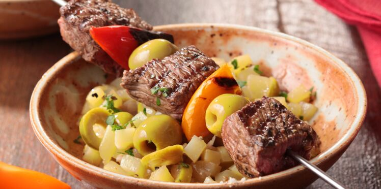 Brochettes de bœuf, condiment aux olives vertes et riviera de pommes de terre