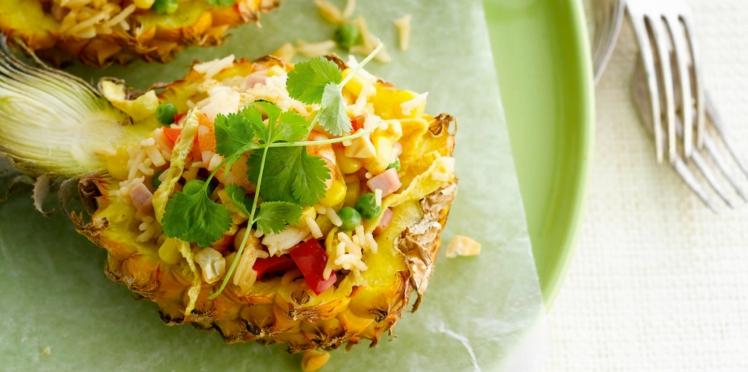 Salade fraîche en coque d'ananas