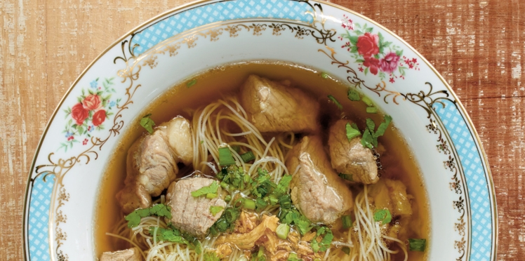 Soupe de nouilles de riz à l'anis et au porc
