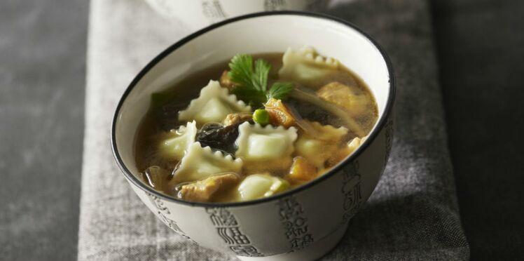 Soupe chinoise de ravioles et au poulet
