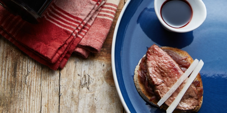 Toast à l'oignon rouge, carpaccio mi-cuit de bœuf, betterave blanche