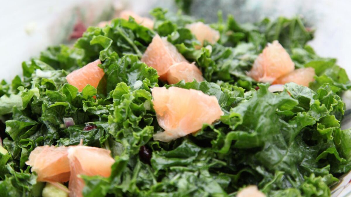 Salade de chou kale à l'avocat et aux agrumes