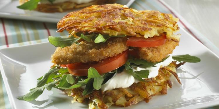 Burger du poulet pané aux galettes de pommes de terre