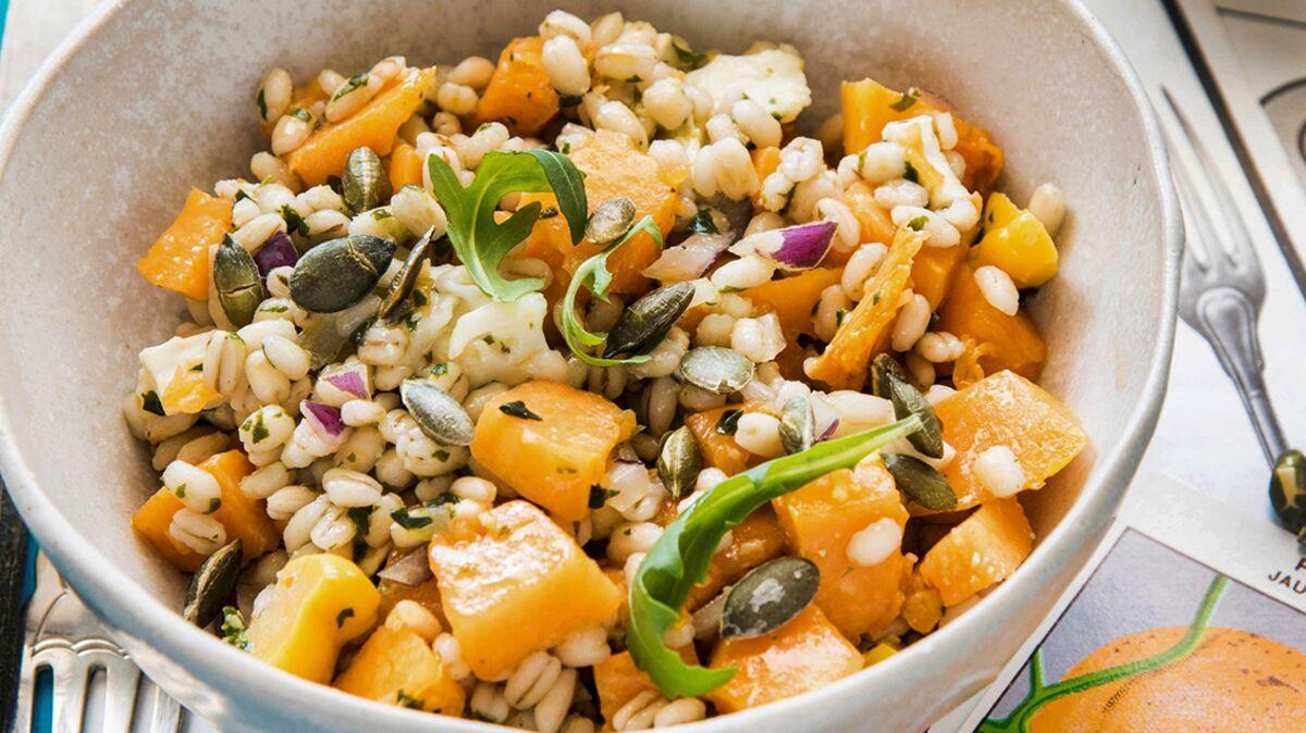 Salade tiède d'orge à la courge et au chèvre frais