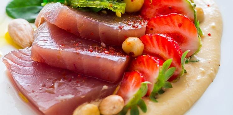 Carpaccio de thon, fraises et houmous de pois chiches