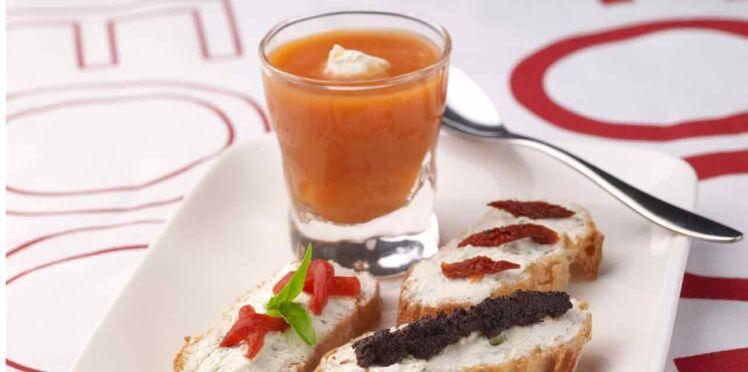 Les mini-crostinis et gaspacho de tomates