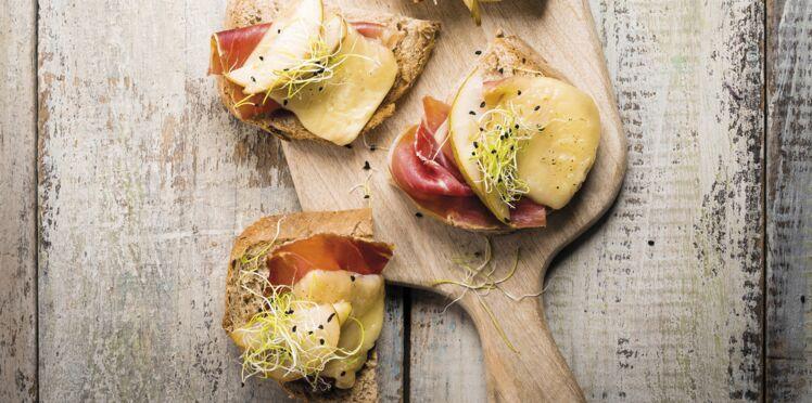 Bruschettas à la raclette, poire, jambon cru et graines germées