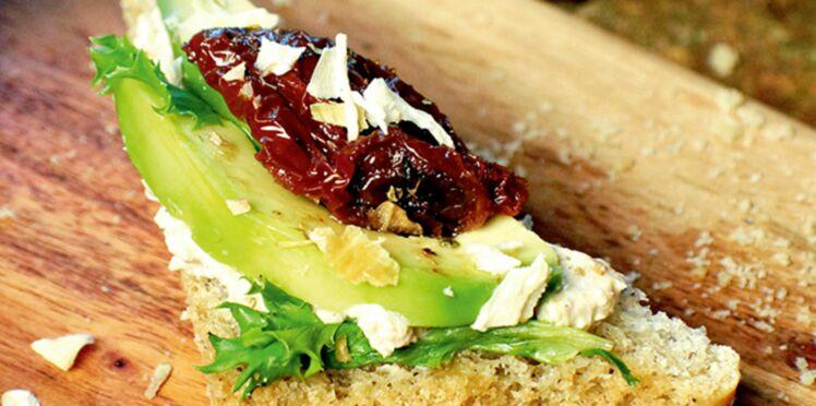 Tartines au fromage végétal et à l'avocat