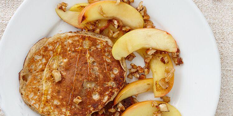Pancakes fromage blanc-banane-chia aux pommes caramélisées et noix