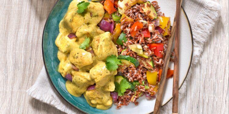 Poulet au curry, riz rouge et légumes d'été