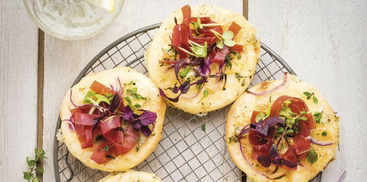 Pizzetas à la tartiflette, oignons rouges et bresaola