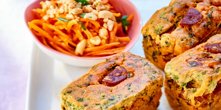 Mini-cakes au chorizo et pousses d'épinards, salade de carottes aux cacahuètes
