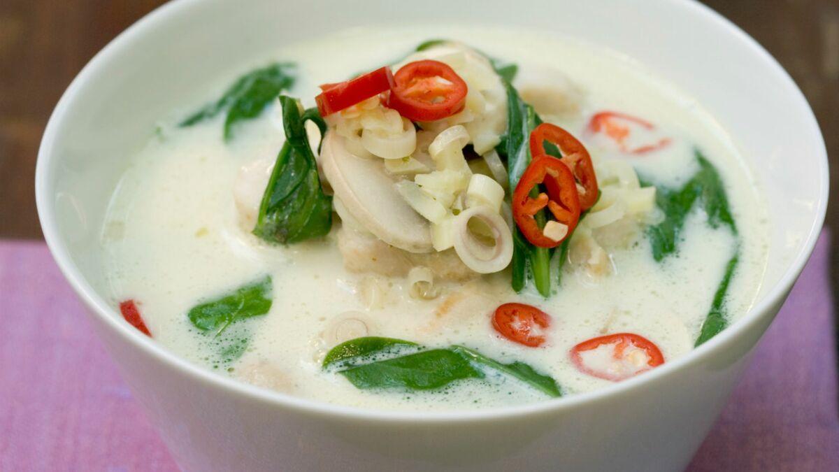 Soupe de poulet au lait de coco, épinards et citronnelle