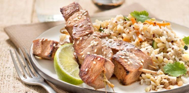 Brochettes de thon mariné au soja et mélange de riz, blé, sarrasin et quinoa