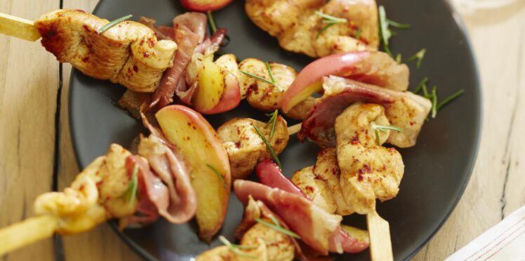 Brochettes de poulet, jambon de Bayonne et pomme