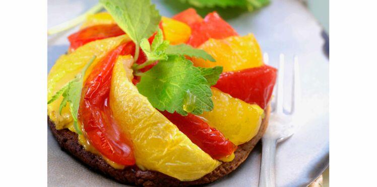 Tartelettes cacaotées aux deux tomates confites et mélisse